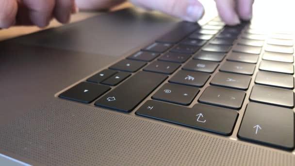 gépelés-ra laptop
