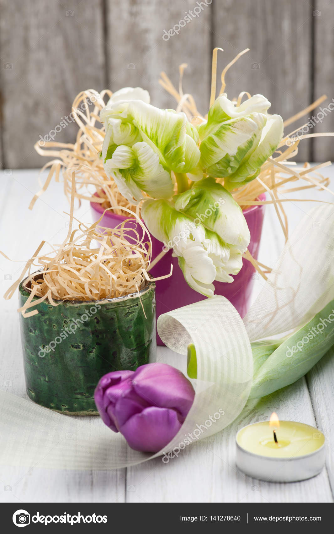 Fruhling Tischdekoration Mit Tulpen Und Brennende Kerze Stockfoto