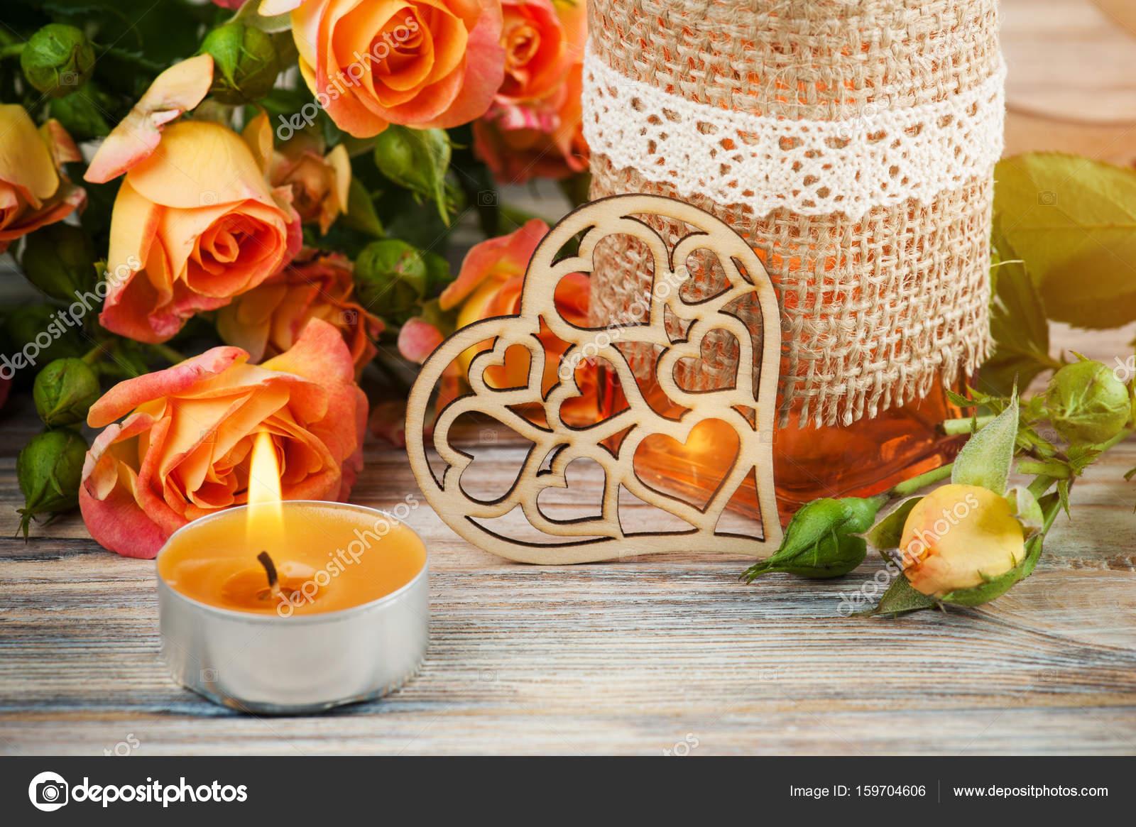 https://st3.depositphotos.com/3608211/15970/i/1600/depositphotos_159704606-stockafbeelding-fris-oranje-rozen-bloemen-hart.jpg