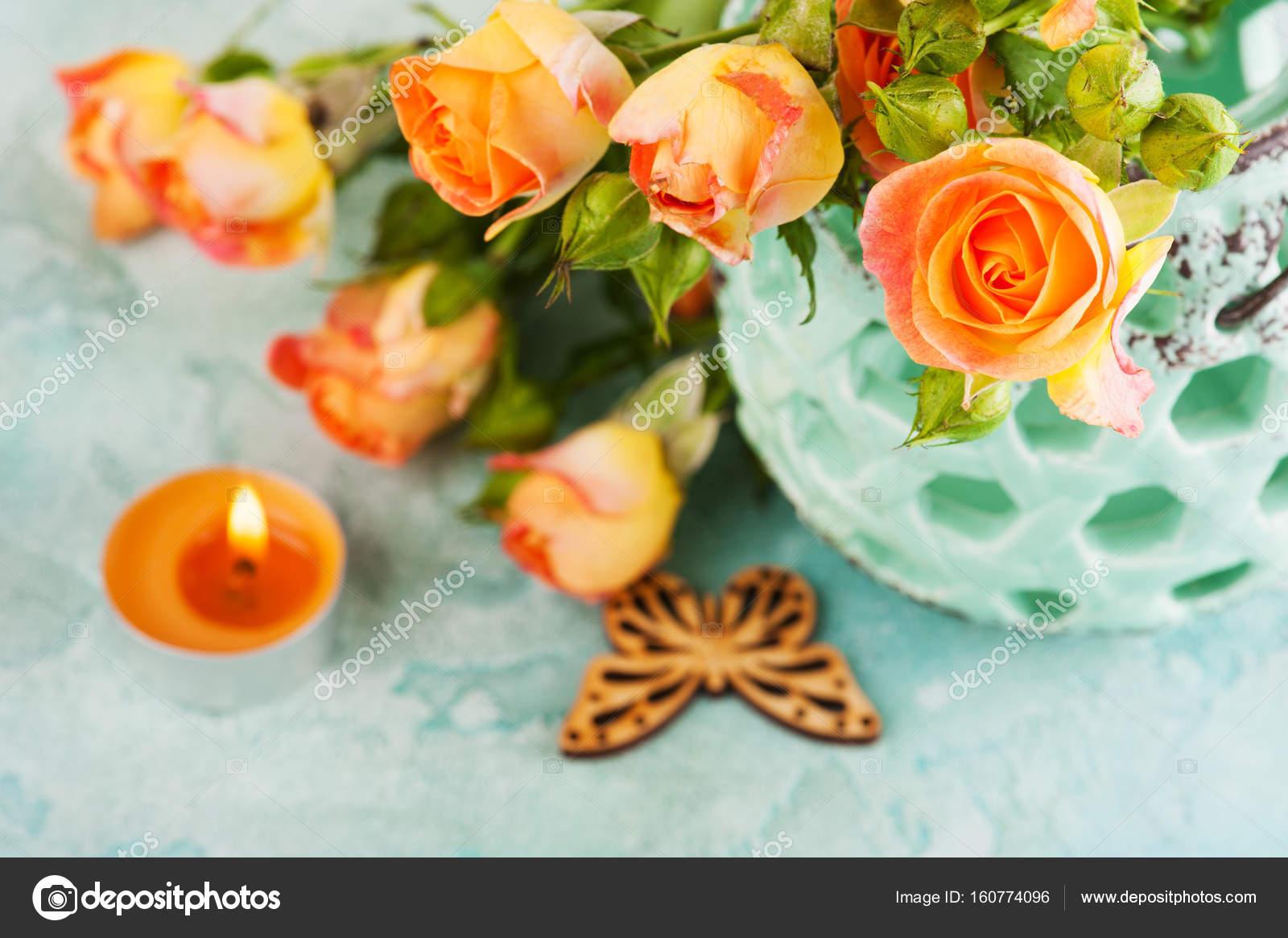https://st3.depositphotos.com/3608211/16077/i/1600/depositphotos_160774096-stockafbeelding-fris-oranje-rozen-bloemen-in.jpg