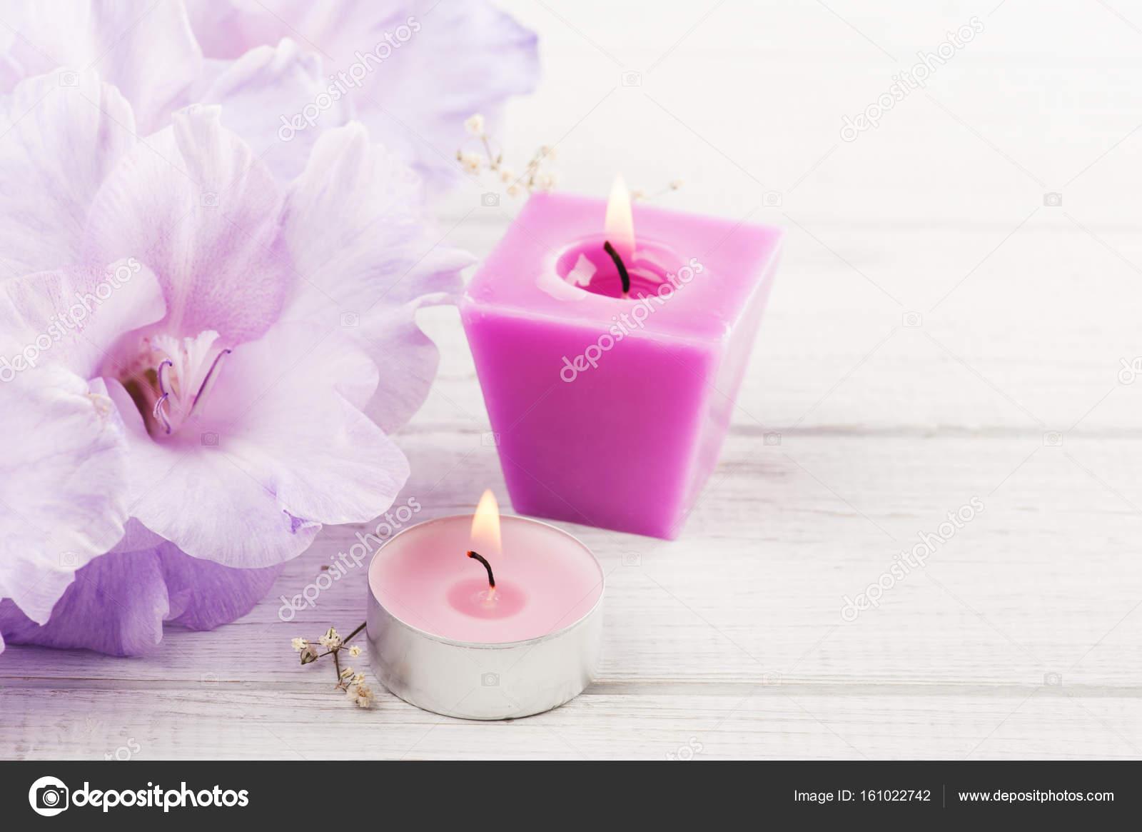 https://st3.depositphotos.com/3608211/16102/i/1600/depositphotos_161022742-stockafbeelding-bloemen-en-verlichte-kaars-op.jpg