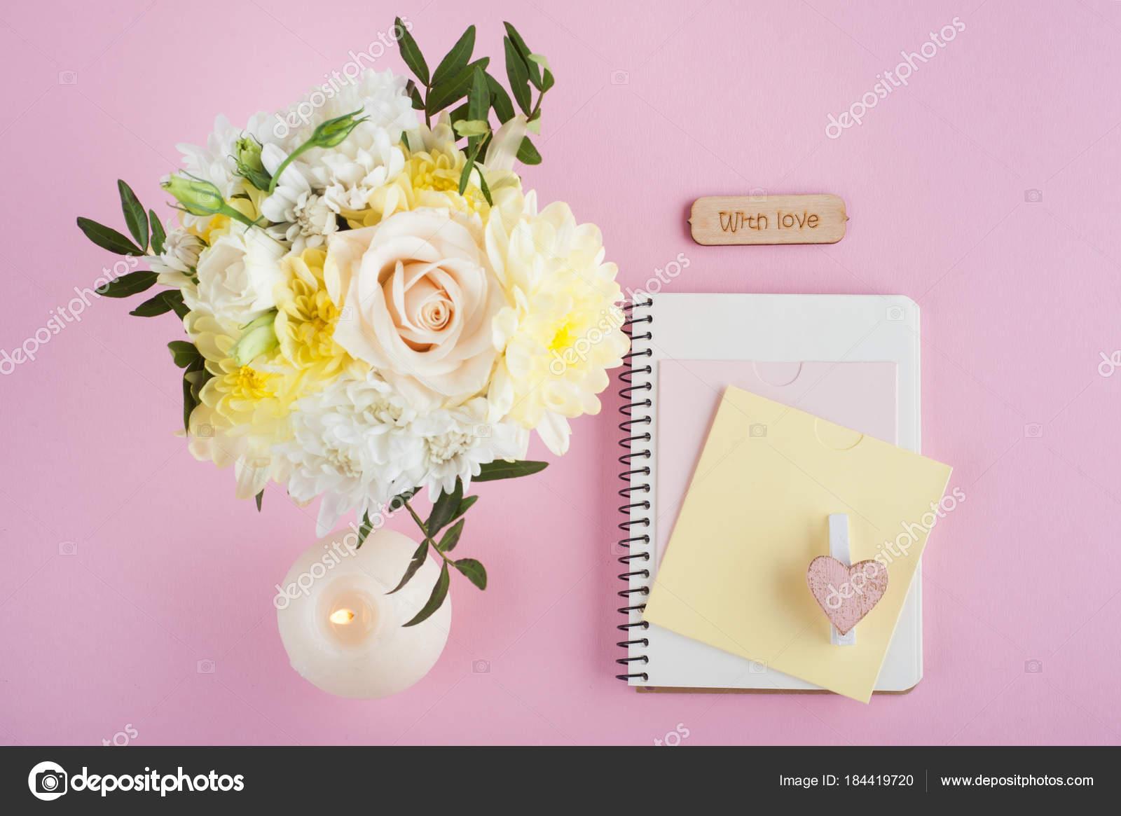 https://st3.depositphotos.com/3608211/18441/i/1600/depositphotos_184419720-stockafbeelding-notitieblok-bloemen-en-verlichte-kaars.jpg