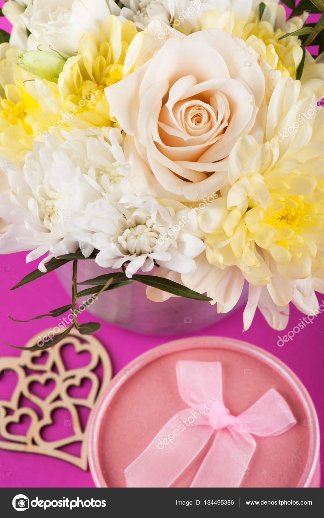 222409fa6a Sárga, rózsaszín csokor virág — Stock Fotó © irinabort #184495386