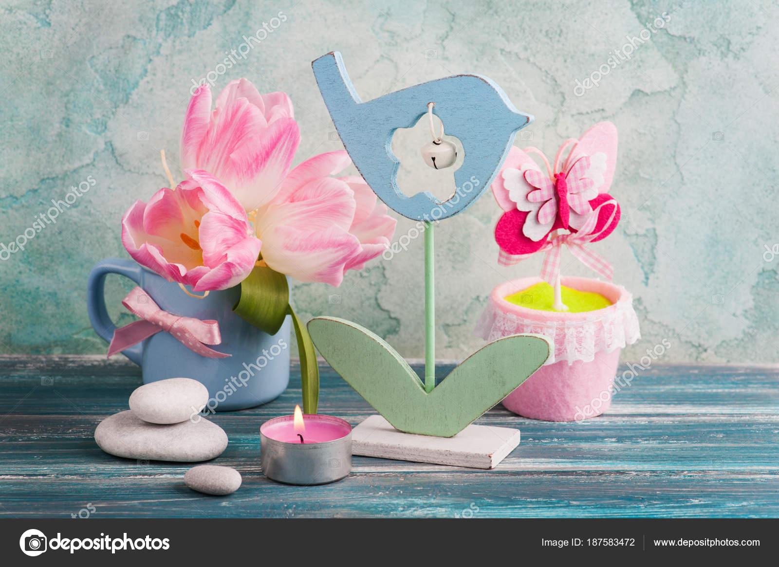 https://st3.depositphotos.com/3608211/18758/i/1600/depositphotos_187583472-stockafbeelding-roze-tulp-bloemen-verlichte-kaars.jpg