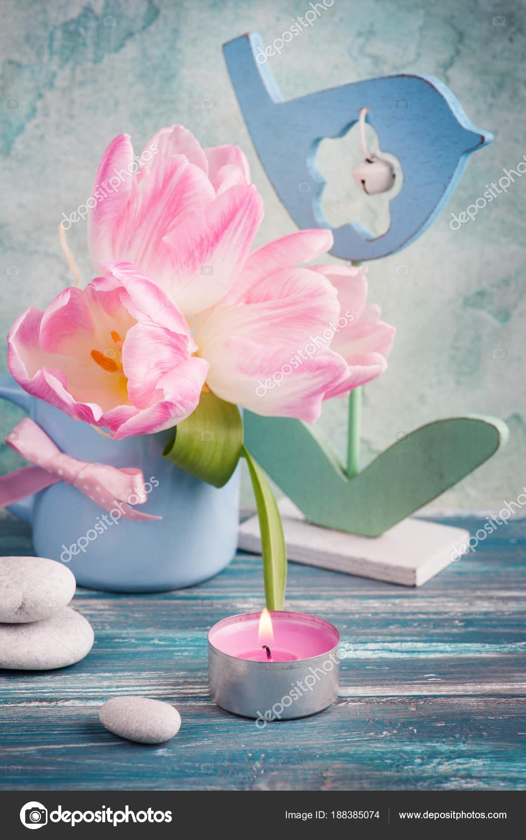 https://st3.depositphotos.com/3608211/18838/i/1600/depositphotos_188385074-stockafbeelding-roze-tulp-bloemen-verlichte-kaars.jpg