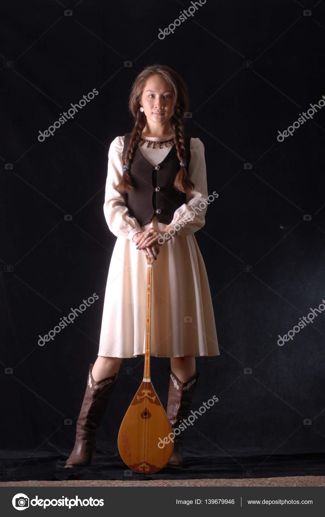 Девушка с вином и шашлыками