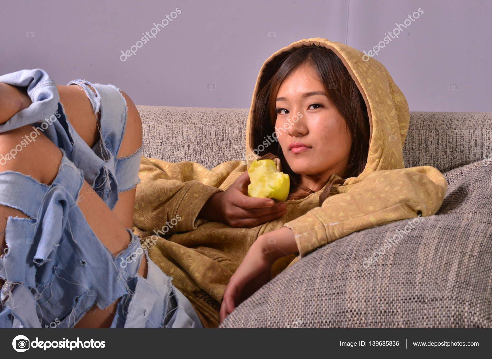 ασιατικό σεξ στον καναπέ βεβιασμένο σεξ έβενο
