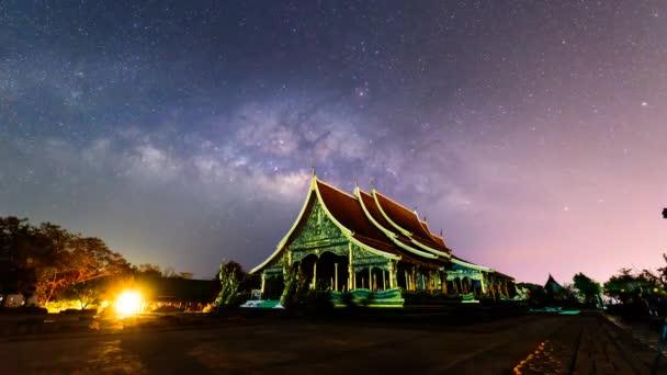 Mléčná dráha v thajské církevní / mléčná cesta na obloze