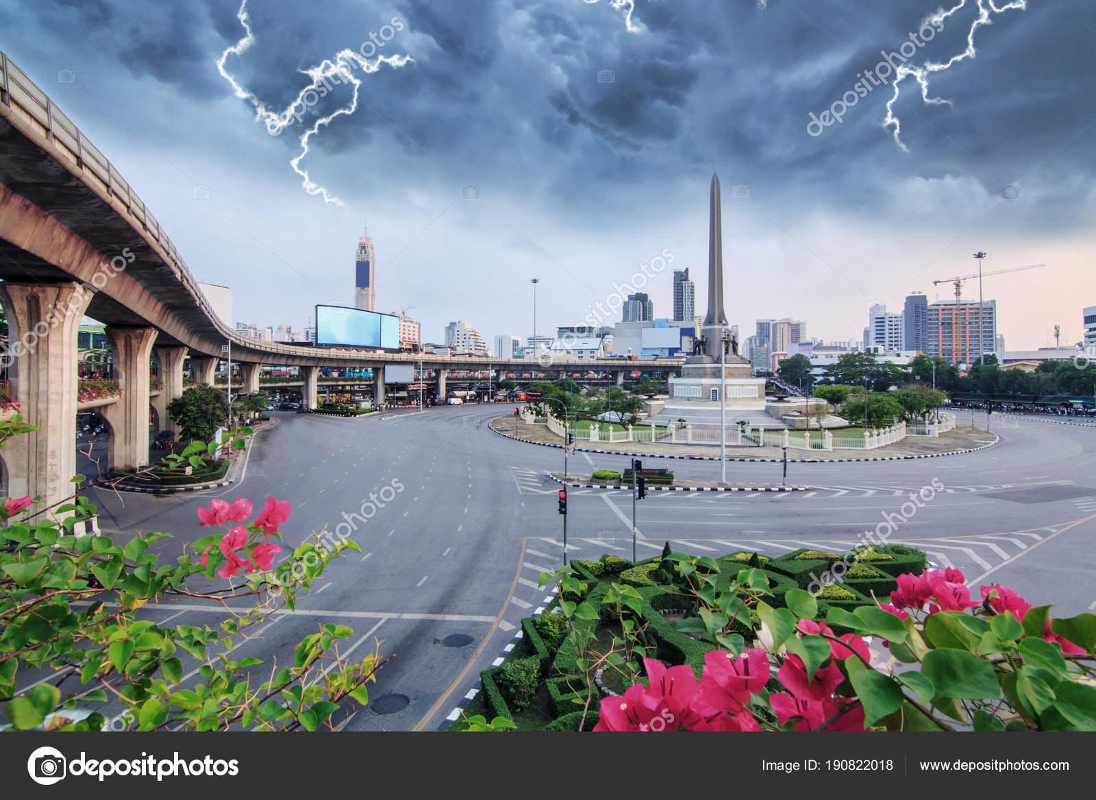 Trovão Com Uma Nuvem Negra Marco Monumento Vitória Bangkok — Stock ...