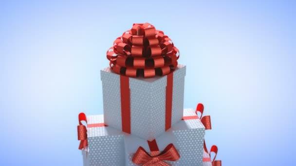 Vánoční strom vyrobený z dárkových krabic. Dárkové boxy wih červenou stužku pyramide