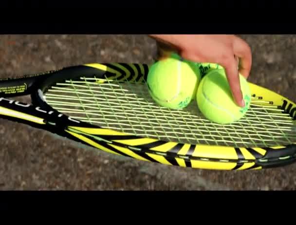 Připraven hrát tenis Tři míče na raketě
