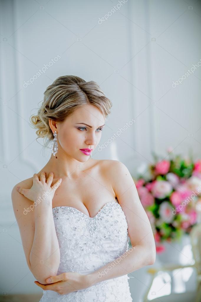 a49064da228c1d Красива наречена портрет Весільний макіяж і зачіску з diamond crown — стокове  фото