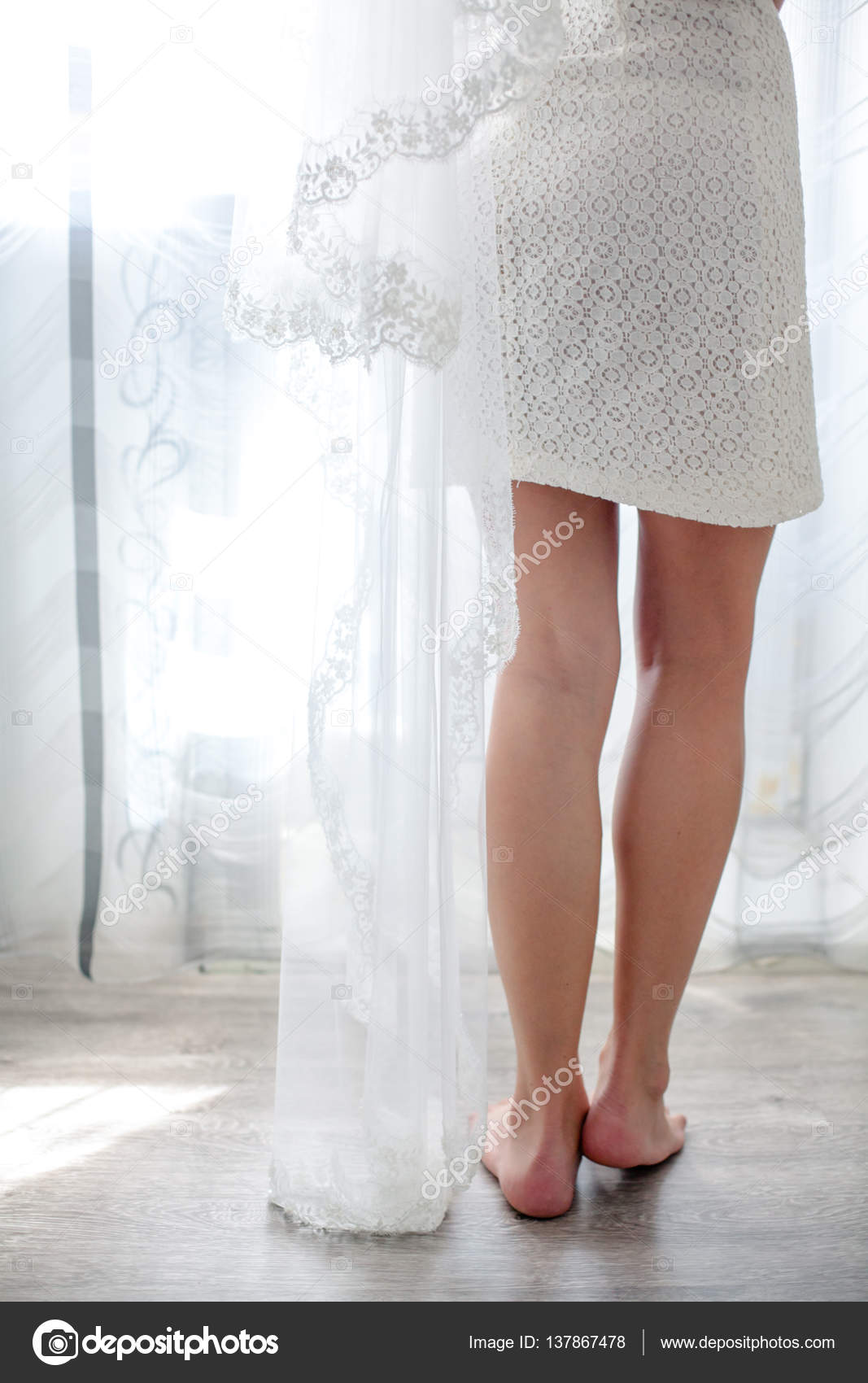 Braut tragen weiße Hochzeitskleid und Schuhe — Stockfoto © Bajneva ...