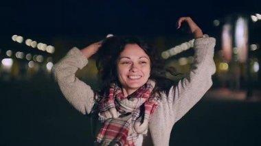 Atraktivní mladá žena působí trochu plachý, pak dává fotoaparátu trochu úsměv