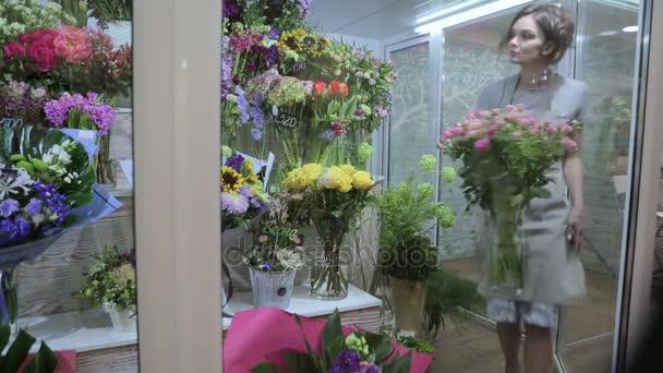 květinářství mladá žena sestavit kytici v lednici