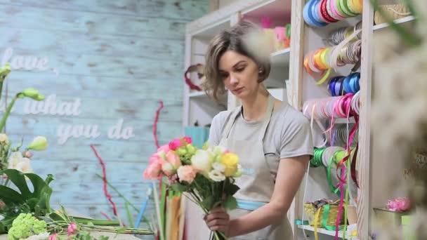 Květinářství mladá žena sestavit kytici v květinářství