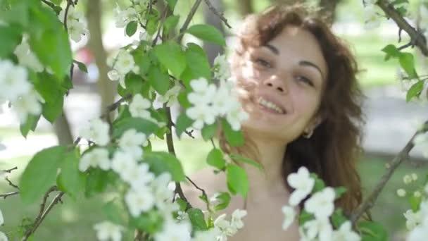 mladá žena se těší na pozadí stromu
