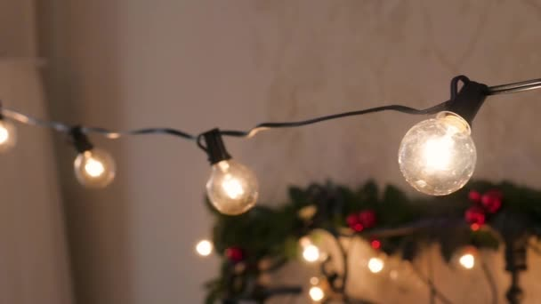 Ghirlanda di Natale sullo sfondo della casa. Decorazione di Natale