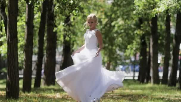 a menyasszony esküvője napján a park tánc. A lány egy fehér ruhában, a vonat