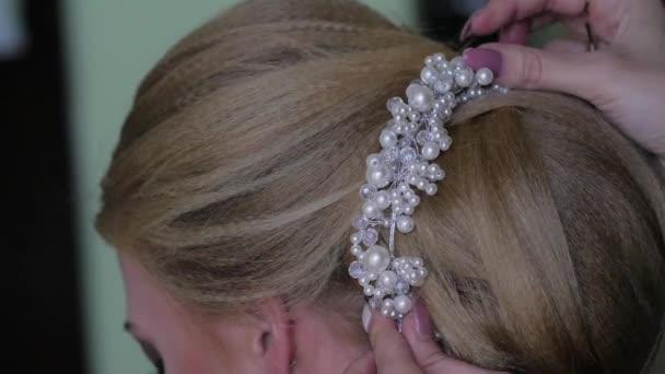 nevěsty, které dělá make-up před svatbou. mladá žena se stylistkou