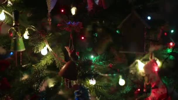 Zdobené vánoční stromeček na rozmazané, jiskřivé a víla pozadí