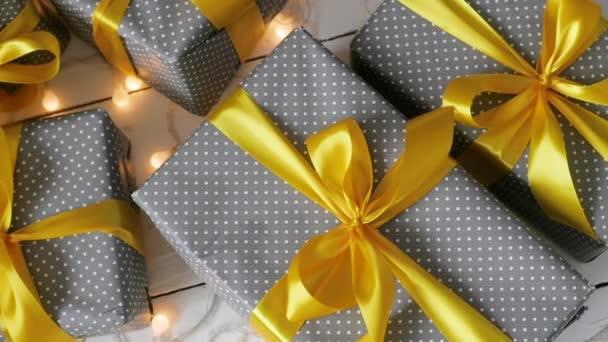Karácsonyi ajándékokat sárga szalaggal kötötte. elmozdult forgalom