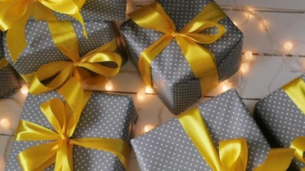 Vánoční dárky remizoval s žlutou stuhou. posunutá doprava