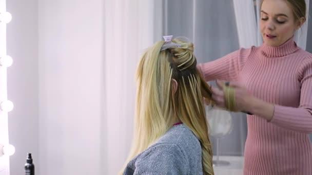 Junge Frau Friseur Macht Auf Die Bräute Hochzeit Frisur Stockvideo