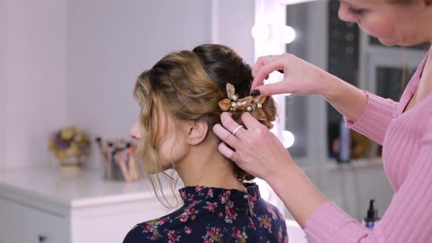 Frau Friseur Fugt Haarspange In Der Frisur Madchen