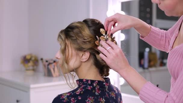 Kadeřník žena vloží sponka do vlasů účes dívka