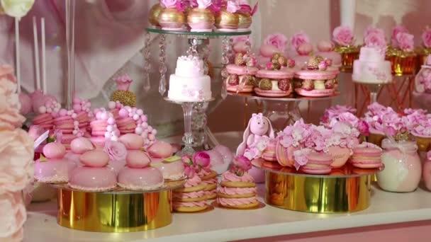 čokoládové tyčinky makaróny dortíky muffiny