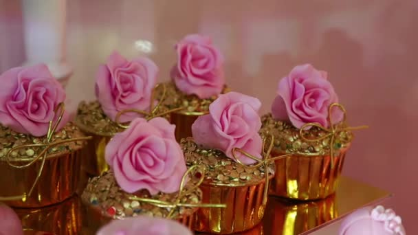 čokoládové tyčinky makaróny dortíky muffiny růžová párty