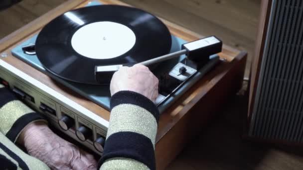 Stará žena poslechu vinyl na hráče