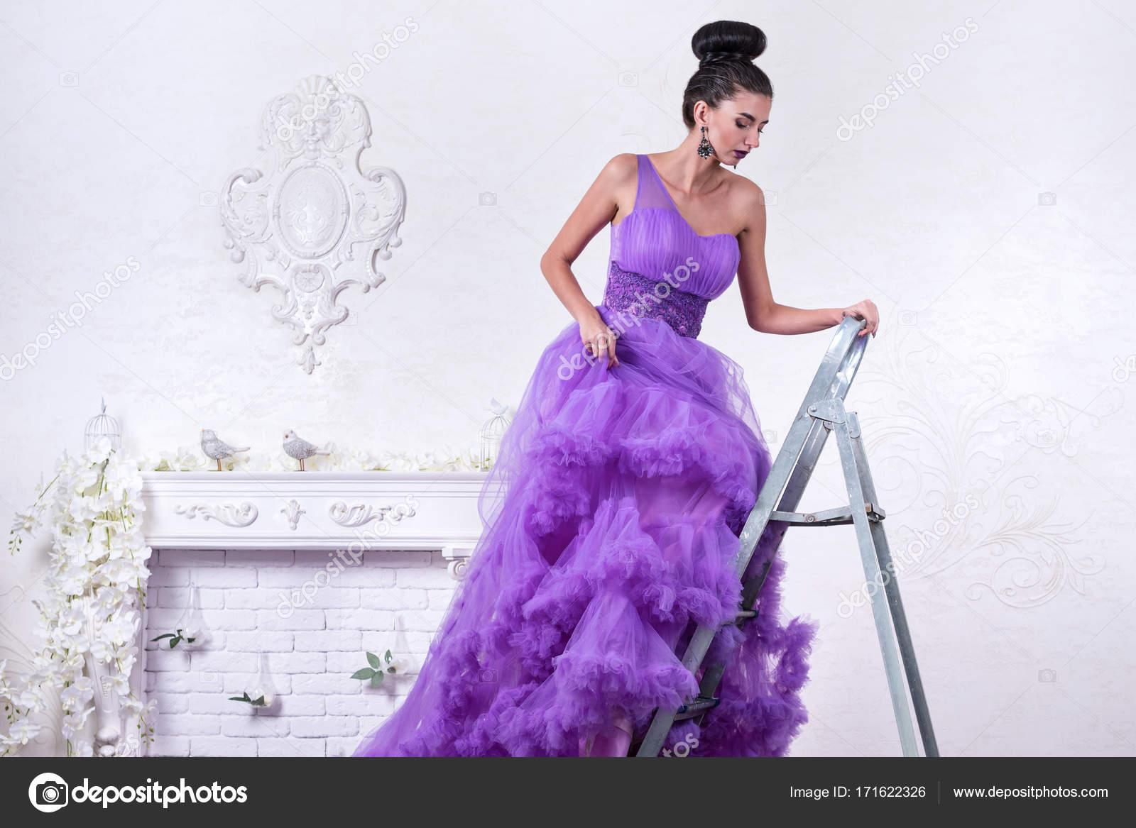 Mujer en un vestido en una escalera — Foto de stock © GrashAlex ...