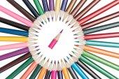 Tužky jsou uspořádány v kruhu