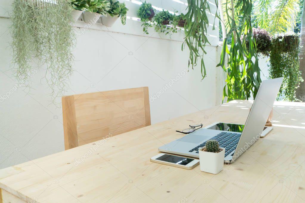 Chaise de bureau bois et table avec ordinateur portable tablette