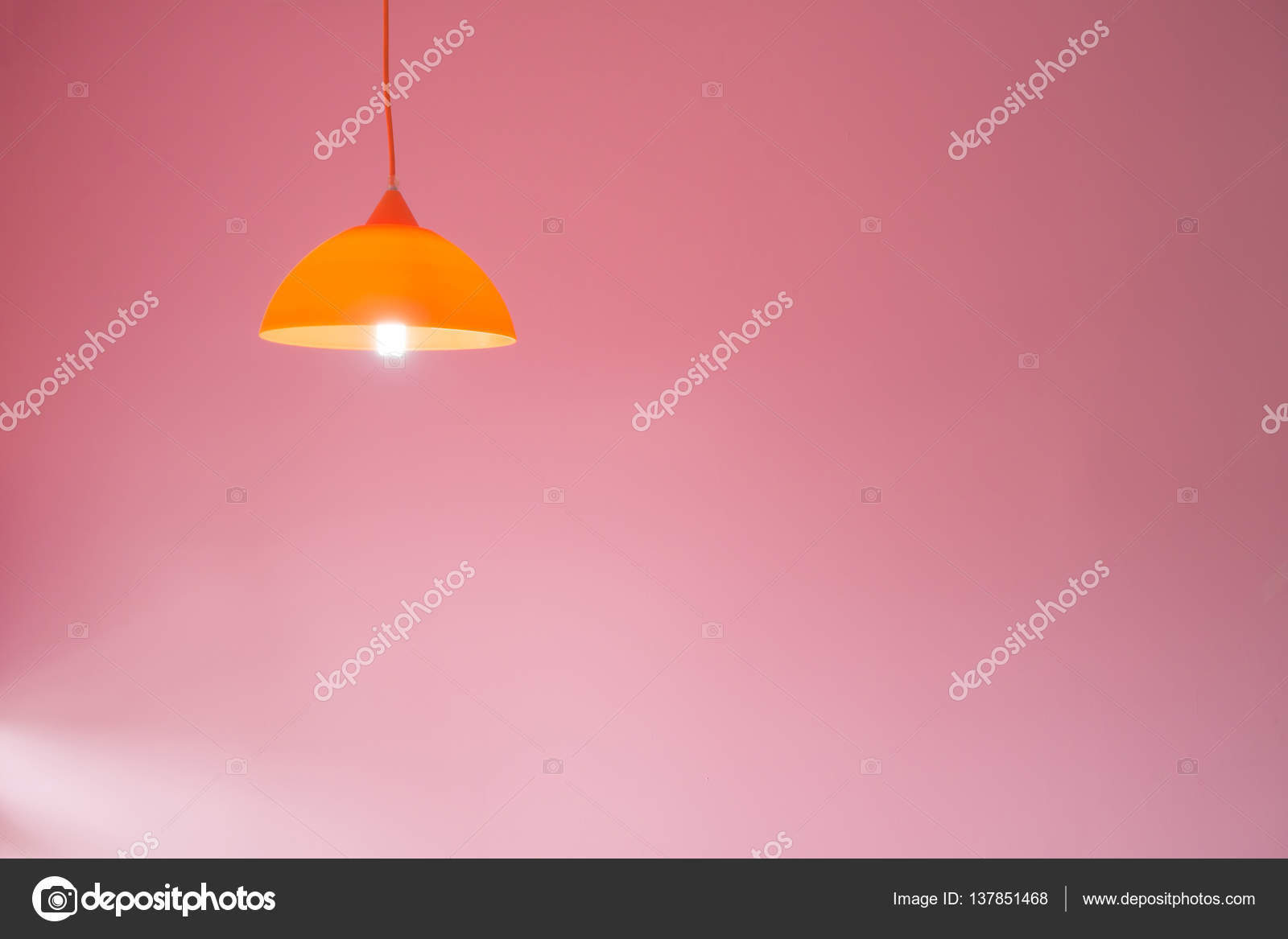 Plafoniere Gialla : Plafoniere moderne con parete di cemento rosa u foto stock