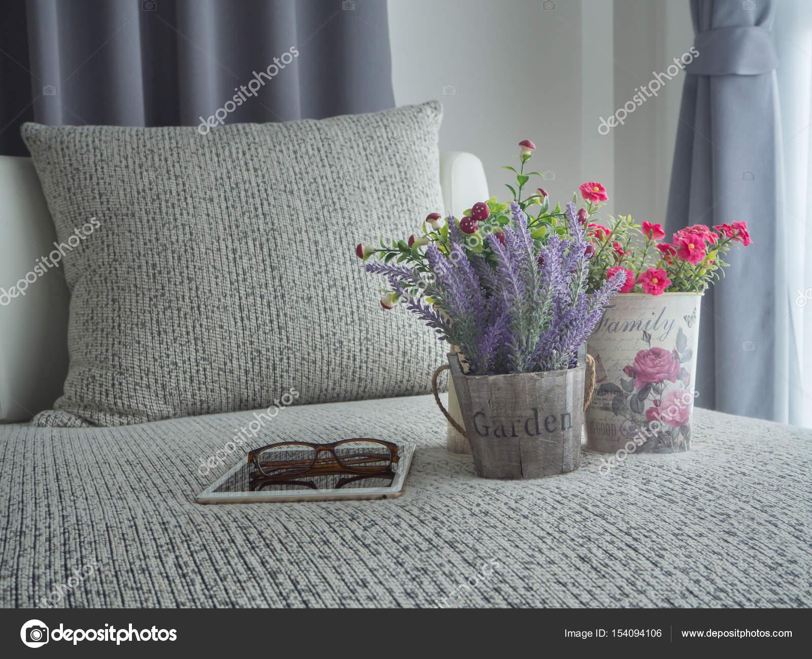 Camera Da Letto Rosa E Viola : Divano moderno con il fiore di lavanda viola e rosa fiore su flowe