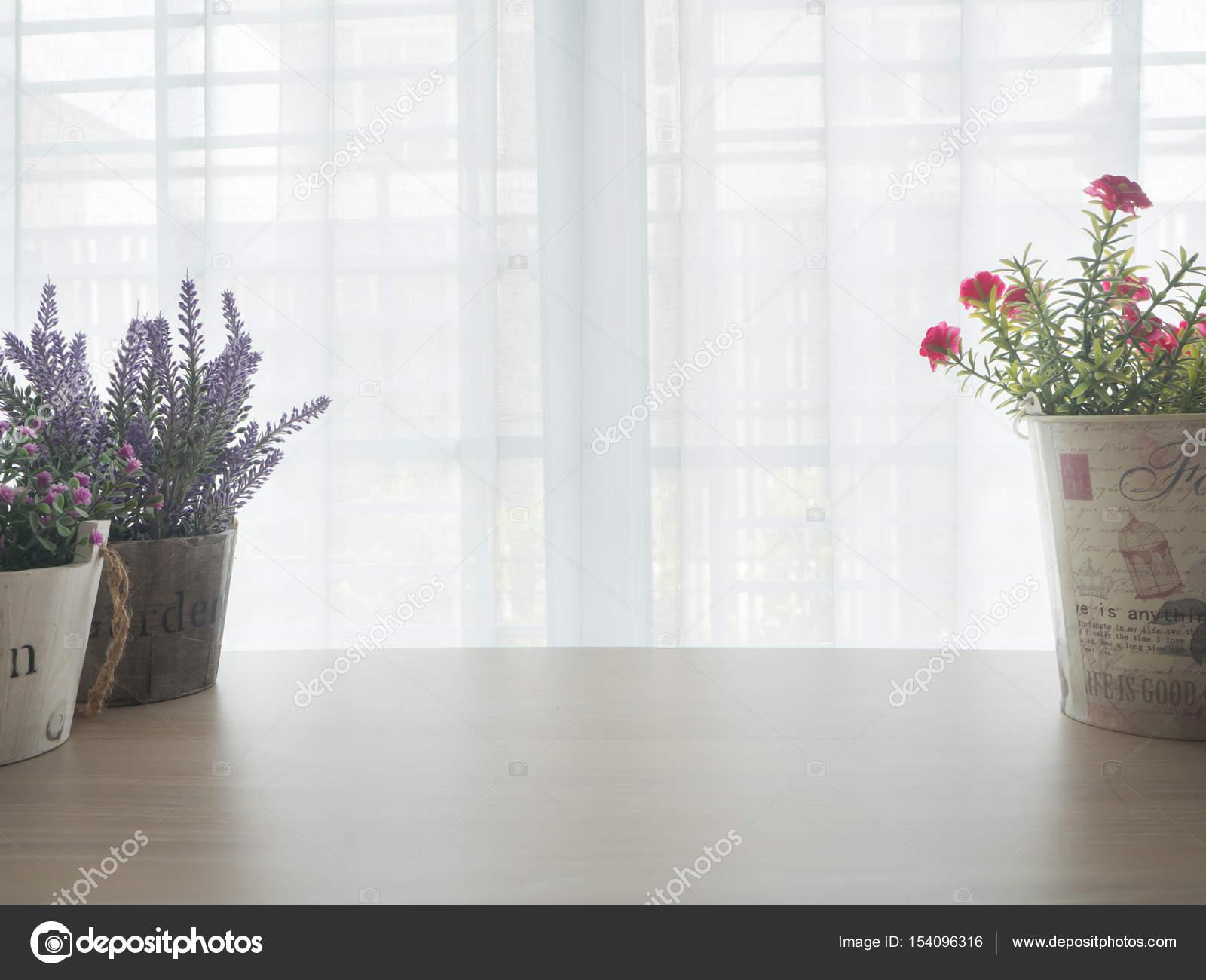 Table de bureau bois avec variété de cadre fleur sur le débit de la