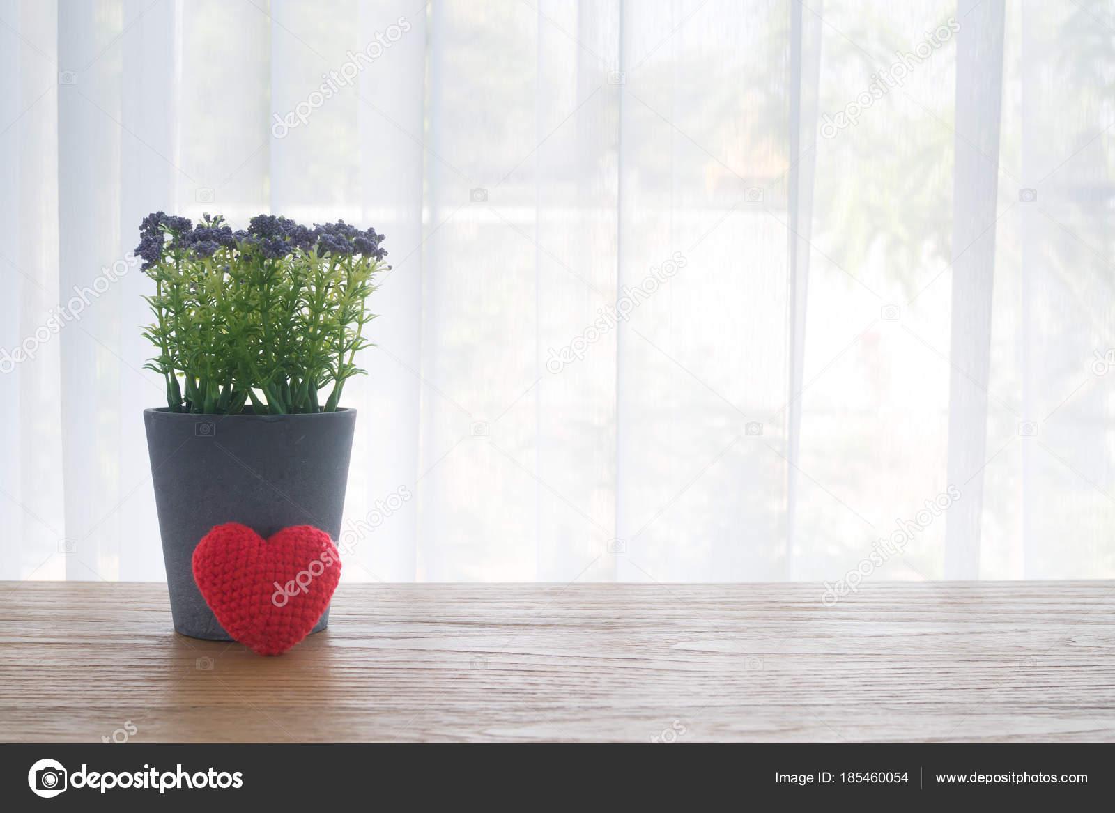 Table de bureau bois avec pot de fleur violet et rouge beau tricot
