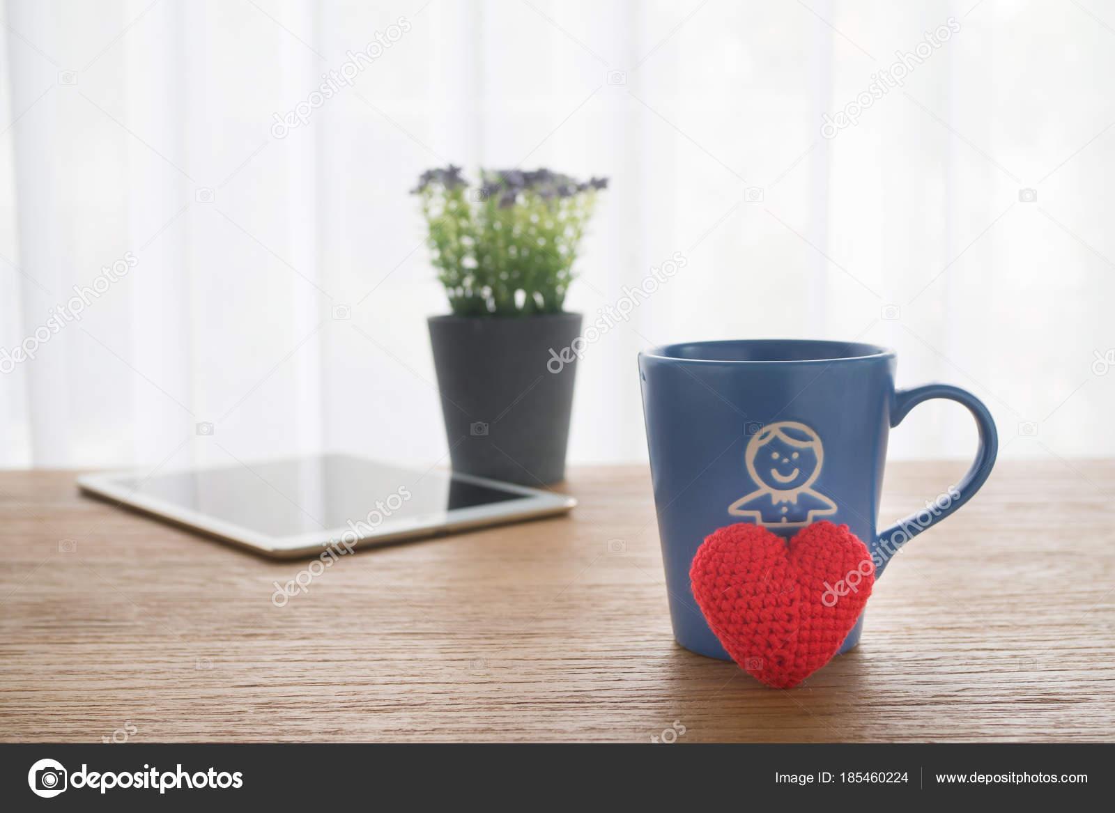 Table de bureau bois avec belle rouge rouge tricoté coeur tissu sh