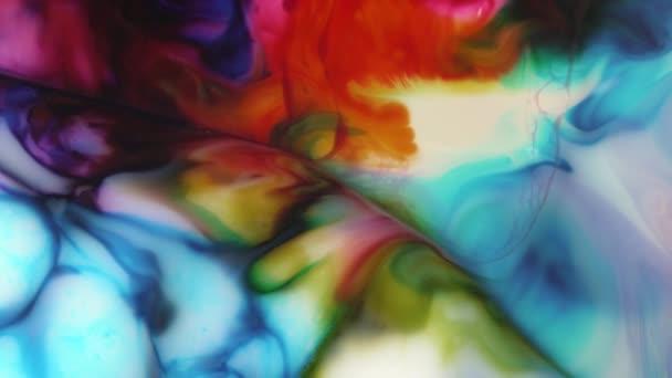 Abstraktní pohyby akrylové barvy v mléčné tekutině