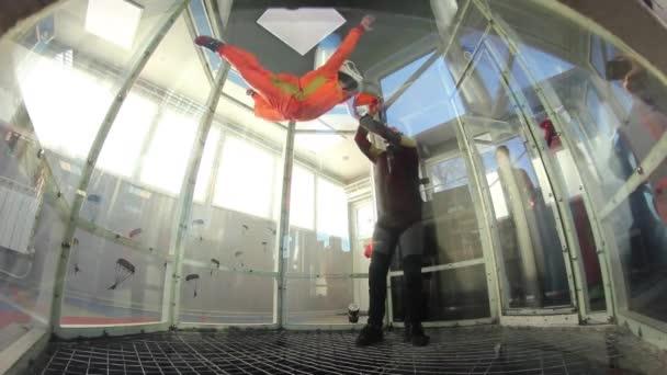 Mädchen lernt Fliegen in der Aero-Tube