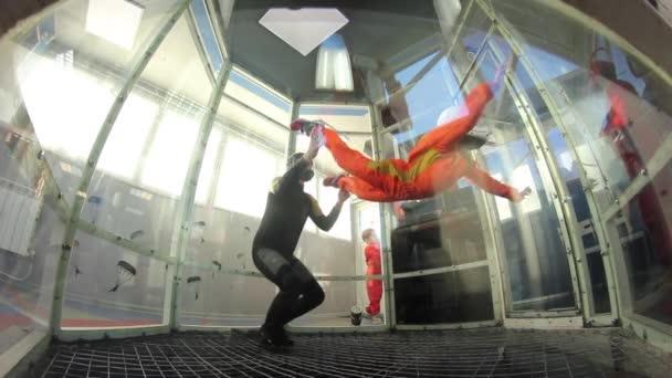 Mädchen in aero Rohr fliegen lernen