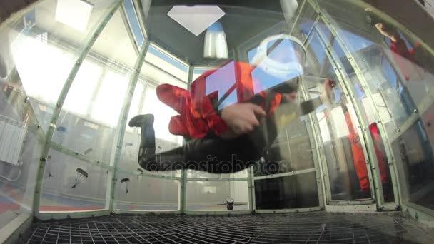 Junge in aero Rohr fliegen lernen