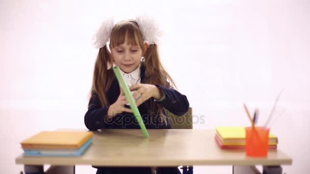 Schülerin sitzt auf Schulbank