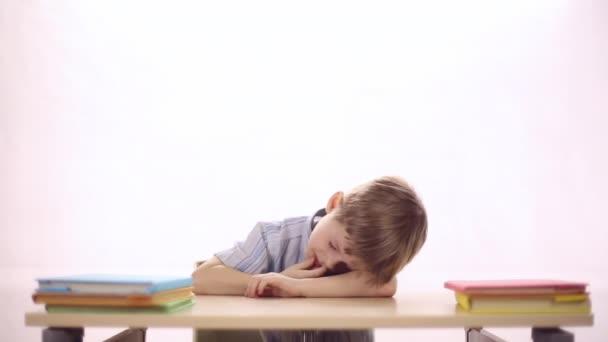 Funny boy sedí ve školní lavici