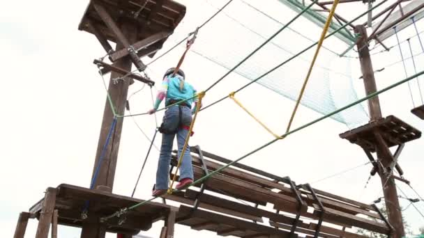 Kletterausrüstung Günstig Kaufen : Mädchen in kletterausrüstung u stockvideo dmitry bagrov