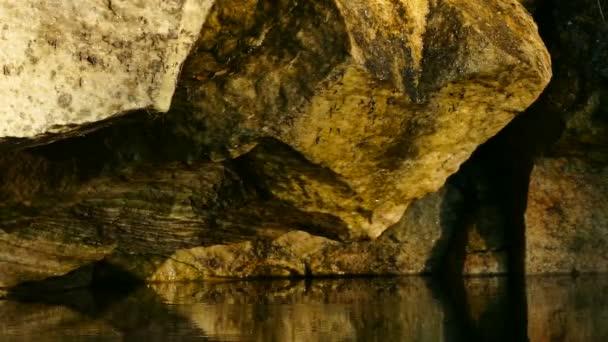 Kapka vody - osamělý kapka vody klesne a taje do čisté vodní hladiny