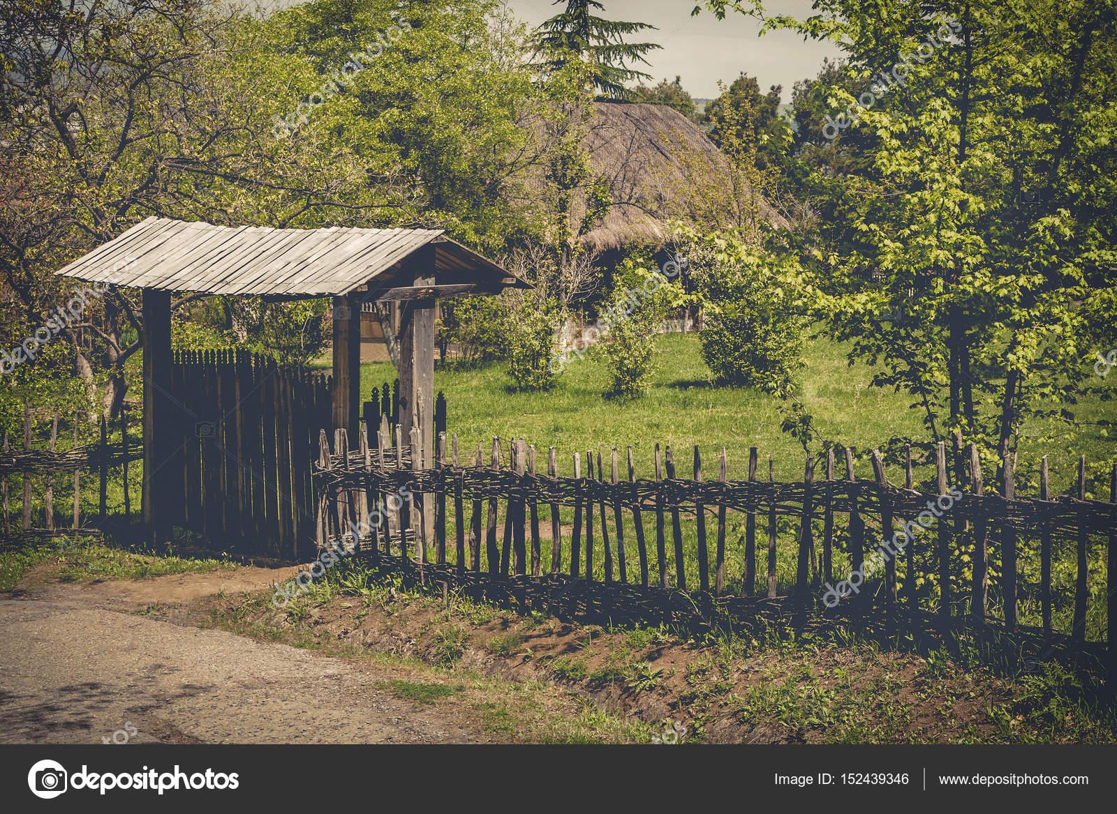 Holzzaun Tor und Korbwaren — Stockfoto